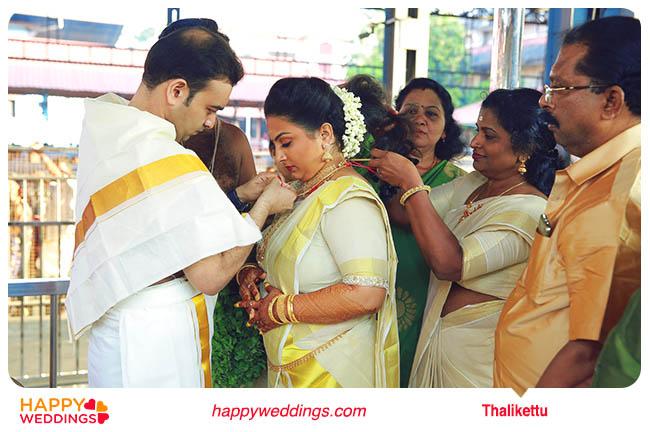 Kerala wedding Thalikettu (Tying the wedding knot)